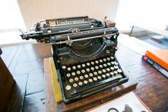 Gammal skrivmaskin p? ordet i lumpboden royaltyfri foto
