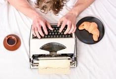 Gammal skrivmaskin på sängkläder Manliga händer skriver berättelse eller rapporten genom att använda tappningskrivmaskinsutrustni arkivbild