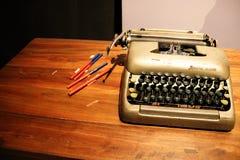 Gammal skrivmaskin på tabellen arkivbilder