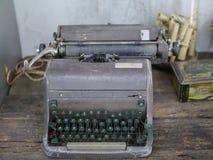 Gammal skrivmaskin på tabellen Fotografering för Bildbyråer