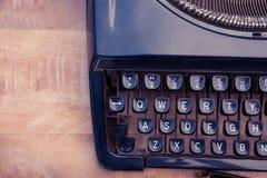 Gammal skrivmaskin på träskrivbordet Royaltyfria Bilder