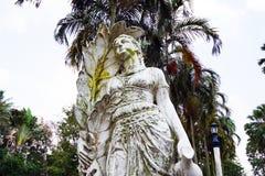 Gammal skulptur av en funktionsduglig bondaktig kvinna arkivfoto