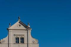 gammal sky för blått hus royaltyfri fotografi