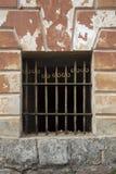 Gammal skyddsgaller för piltypmetall med rostig målarfärg Royaltyfri Fotografi
