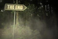 Gammal skylt med text slutet nära den illavarslande skogen royaltyfri foto