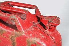 Gammal slitage röd Jerrycan royaltyfri foto