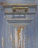 Gammal sliten dörr- och bronshandtagdetalj Fotografering för Bildbyråer