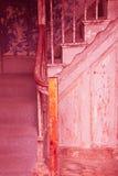 Gammal sliten ut trappa i ett hus Royaltyfri Foto