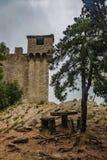 Gammal slott överst av berget i San Marino arkivbild