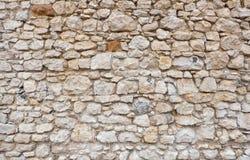 Gammal slott- eller fästningstenvägg som göras av staplade stenkvarter royaltyfri bild