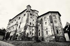 Gammal slott i Banska Stiavnica, slovakisk republik som är svartvit Royaltyfri Foto