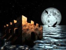 Gammal slott i havet på bakgrund för måne för natthimmel Royaltyfri Foto