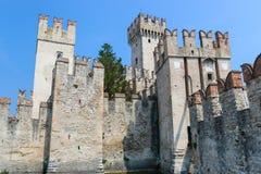 Gammal slott i staden Sirmione på lagoen di Garda Arkivfoton