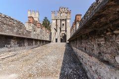 Gammal slott i staden Sirmione på lagoen di Garda Royaltyfria Foton