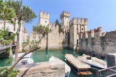 Gammal slott i staden Sirmione på lagoen di Garda Fotografering för Bildbyråer