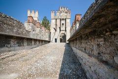 Gammal slott i staden Sirmione på lagoen di Garda Arkivfoto