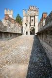 Gammal slott i staden Sirmione på lagoen di Garda Royaltyfri Bild
