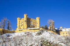 Gammal slott i vinterskogen, Tyskland arkivfoto