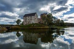 Gammal slott med sjön och reflexion Arkivfoto