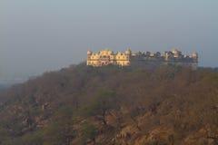 Gammal slott på kullen Arkivbild