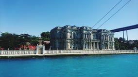 Gammal slott på ortakoy istanbul havssikt Royaltyfri Fotografi