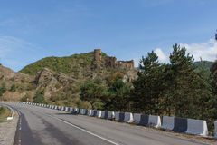 Gammal slott på vägen Arkivfoto