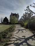 Gammal slott som är halftimbered på en by arkivbilder