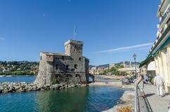 Gammal slott vid strandpromenaden i Rapallo, Italien royaltyfri foto