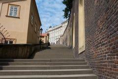 Gammal slotttrappa i Prague Arkivfoto