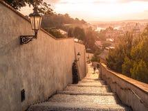 Gammal slotttrappa på den Prague slotten Medeltida trappa med tappninglampor, Prague, Tjeckien Royaltyfria Foton