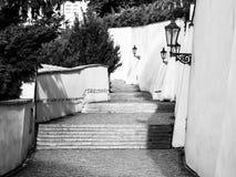 Gammal slotttrappa på den Prague slotten Medeltida trappa med tappninglampor, Prague, Tjeckien Arkivbild
