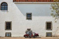 Gammal slottvägg med bilen i Dubno, Ukraina Royaltyfria Foton