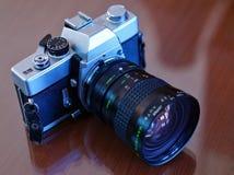 Gammal SLR filmkamera med Lens Royaltyfri Bild