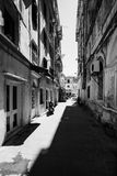 Gammal smal gata av den Kerkyra staden, Korfu ö, Grekland Arkivfoto