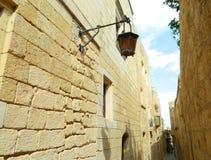 Gammal smal gata av staden som Rabbath Malta Royaltyfri Foto