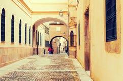 Gammal smal gata i europeisk stad Plasencia Arkivbilder