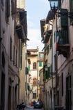 Gammal smal gata i Florence, Italien royaltyfri fotografi
