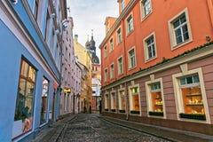 Gammal smal gata i Riga royaltyfria foton