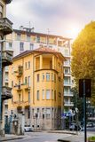 Gammal smal husgulingfärg i staden av Novara italy royaltyfri foto