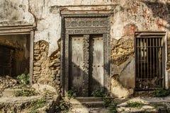 Gammal smula byggnad med Zanzibarian trädörren arkivbilder