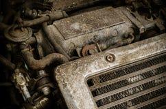 Gammal smutsig bilmotor Arkivfoto