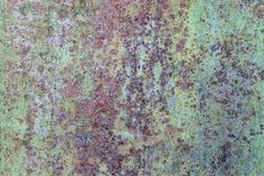 Gammal smutsig metallrostvägg, grön grungebakgrund Arkivfoto