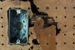 Gammal smutsig scoket som är bruten i en vägg royaltyfri bild