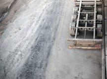 Gammal smutsig tom lastlastbil som parkeras på den gamla vägen Arkivbilder