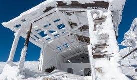 Gammal snöig byggnad Royaltyfri Fotografi