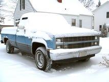 gammal snöig lastbil Royaltyfria Foton