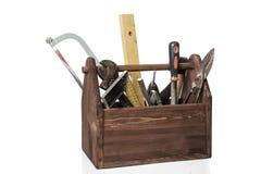 Gammal snickareWooden toolbox med hjälpmedel som isoleras på vit arkivfoto
