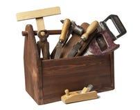 Gammal snickareWooden toolbox med hjälpmedel som isoleras på vit royaltyfria bilder