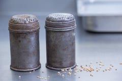 Gammal sockerbunke för metall som två all är gropig Arkivfoton