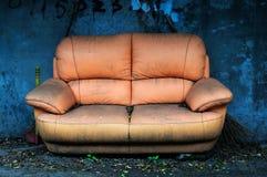 gammal sofa royaltyfri bild